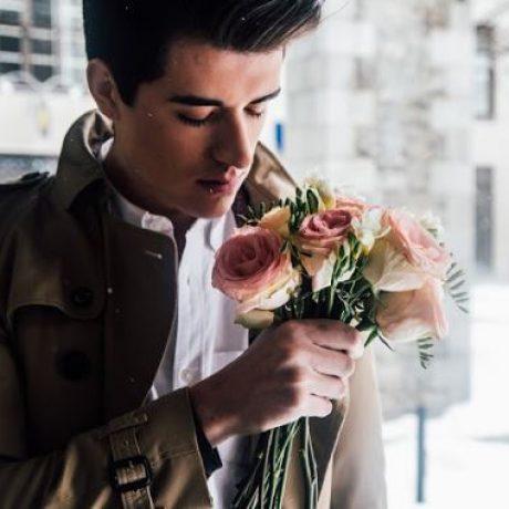 7 Tanda Pria Yang Sedang Jatuh Cinta Kepadamu