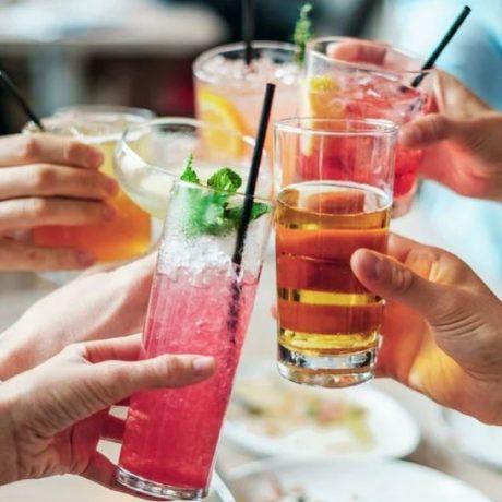 Ini 6 Dampak Buruk Minum Sambil Berdiri